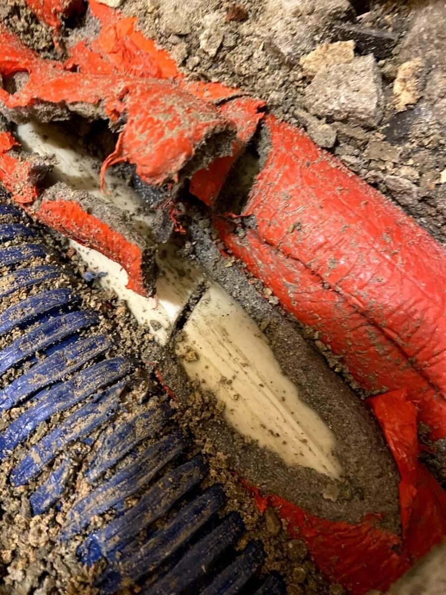 objawy pękniętej rury centralnego ogrzewania